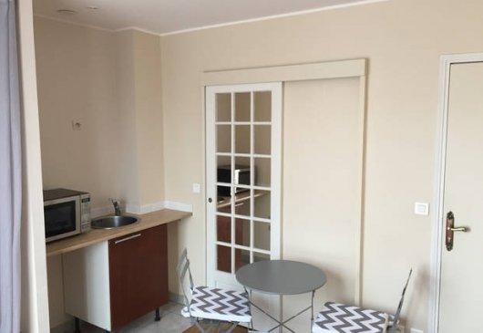 location meubl e courte dur e val d oise table de lit. Black Bedroom Furniture Sets. Home Design Ideas